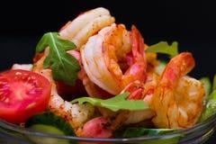 食物 海螯虾沙拉,黑背景 免版税图库摄影