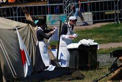 食物绞碎机Nivelle争斗再制定的两位护士 免版税图库摄影