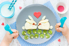 食物滑稽的孩子的艺术想法用早餐或浪漫早餐为 免版税图库摄影