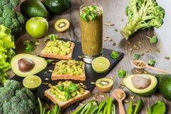 食物绿色健康 素食主义者三明治用鲕梨和菜在木背景 戒毒所饮食 猕猴桃新鲜的汁液 图库摄影