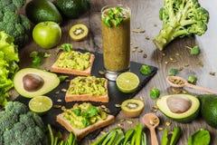 食物绿色健康 素食主义者三明治用鲕梨和菜在木背景 戒毒所饮食 猕猴桃新鲜的汁液 免版税库存图片