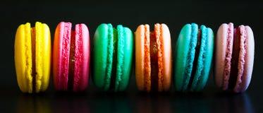 食物 蛋白杏仁饼干黑背景 免版税库存图片