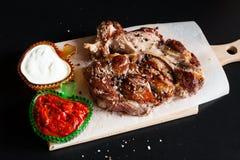 食物 ribeye牛排,调味汁 图库摄影
