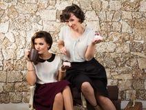 食用两个美丽的女朋友茶 免版税库存照片