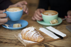 食用咖啡店的朋友快餐 免版税库存图片