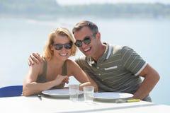 食用年轻的夫妇在享受惊人的看法之外的早餐 免版税图库摄影