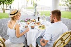食用年轻的夫妇浪漫早餐户外 免版税库存图片