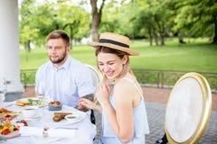 食用年轻的夫妇浪漫早餐户外 免版税库存照片