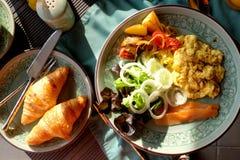 食用愉快的系列早餐 免版税库存图片