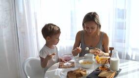 食用早餐和亲吻他的儿子的女孩 股票录像