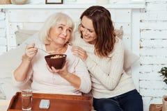 食用正面年长的妇女早餐 免版税图库摄影