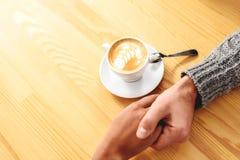 食用浪漫的夫妇一顿早餐用咖啡 免版税库存照片