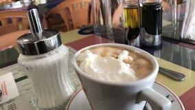 食用热奶咖啡早餐 免版税库存照片