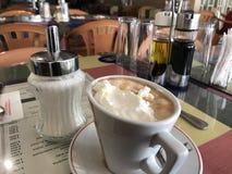 食用热奶咖啡早餐 免版税库存图片