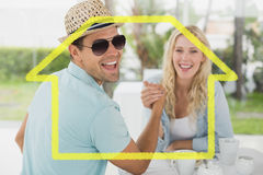 食用熟悉内情的年轻的夫妇的综合图象咖啡一起 图库摄影