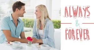 食用熟悉内情的年轻的夫妇的综合图象沙漠和咖啡一起 库存图片