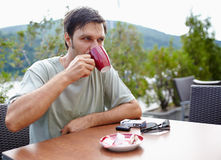 食用的人室外的咖啡 免版税库存图片