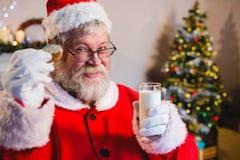 食用的圣诞老人一个曲奇饼用牛奶 库存照片
