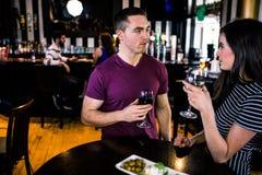 食用的夫妇一个开胃酒用酒 图库摄影