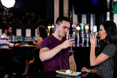 食用的夫妇一个开胃酒用酒 免版税库存图片