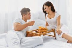 食用的夫妇一顿浪漫早餐 免版税库存图片
