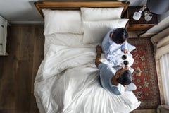 食用的夫妇在床上的咖啡一起 库存图片