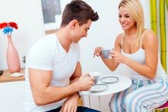 食用的夫妇早晨咖啡在家 库存图片