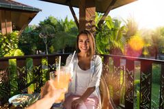 食用的夫妇早餐一起喝敬酒人的观点有吃愉快的微笑的少妇的汁液  免版税图库摄影
