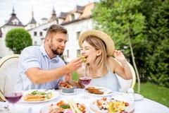 食用的夫妇浪漫早餐户外 库存照片