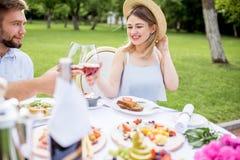 食用的夫妇浪漫早餐户外 免版税库存图片