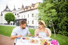 食用的夫妇浪漫早餐户外 免版税库存照片
