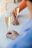 食用的夫妇香槟 免版税库存照片