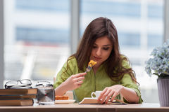 食用的女孩早餐在家 免版税库存照片