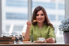 食用的女孩早餐在家 免版税库存图片