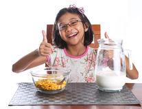 食用的女孩早餐VI 免版税库存照片