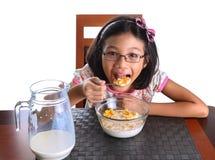 食用的女孩早餐x 免版税库存图片