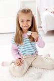 食用的女孩littlle茶 免版税库存图片