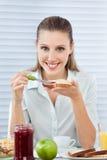 食用的女实业家健康早餐 免版税库存照片
