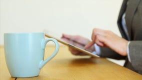 食用的女实业家咖啡,当使用数字式片剂时 股票视频