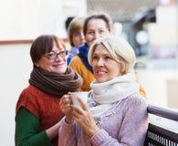 食用的妇女在大阳台的茶 免版税库存照片