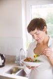 食用的孕妇碗沙拉 免版税图库摄影
