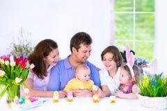 食用的家庭早餐在复活节天 免版税库存照片