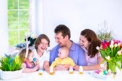 食用的家庭早餐在复活节天 免版税图库摄影