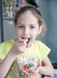 食用的小女孩早餐 图库摄影