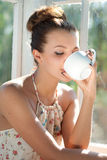 食用的少妇早晨咖啡 库存图片