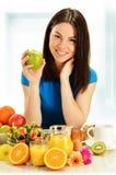 食用的少妇早餐。平衡饮食 免版税库存照片