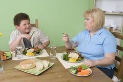 食用的母亲和的儿子食物 免版税库存图片