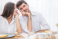 食用的男人和的妇女早餐一起 库存图片
