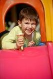食用的男孩冰淇凌一点幻灯片微笑 免版税库存图片