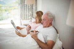 食用的老人在床上的早餐 库存图片